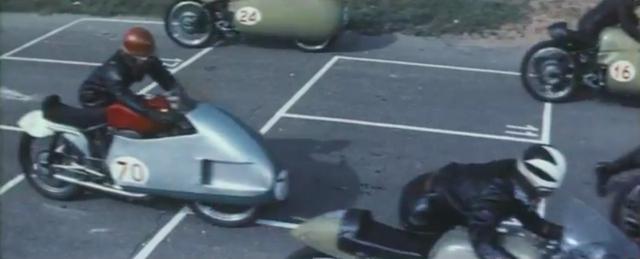 画像: おおお〜(超興奮!)、1957年限りで、横風に対する安全性不足という理由で廃止されたダストビン・フェアリングを装着したイタリアのGPマシンが、カラーフィルムのなかで躍動しているじゃないですか! www.youtube.com