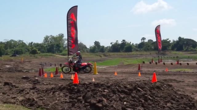 画像: 特設コースでCRF250ラリーを試乗する専門誌テスターたち・・・。 www.youtube.com