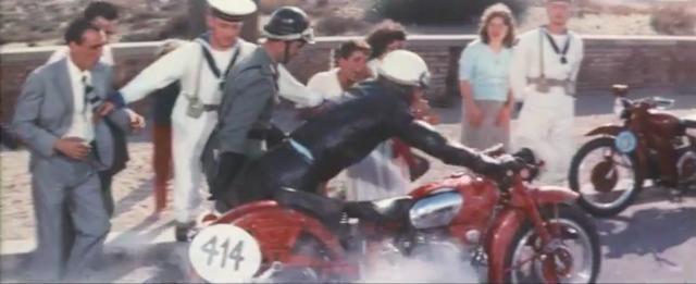 画像: これは街道レース、「ミラノ-タラント」のシーンです。 www.youtube.com