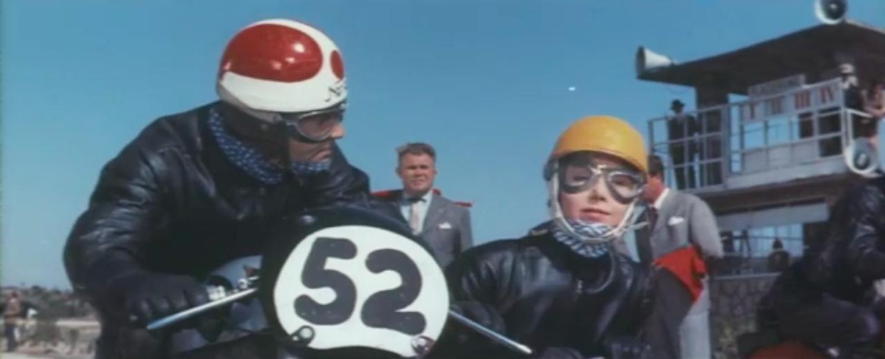 画像: マンクスノートンのレーシングサイドカーの横に乗るのは、なんと美しい女性! www.youtube.com