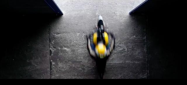 画像: ケニーロードに向かって走り出すケニーさん・・・やはり氏には黄色いヤマハが似合います! www.youtube.com