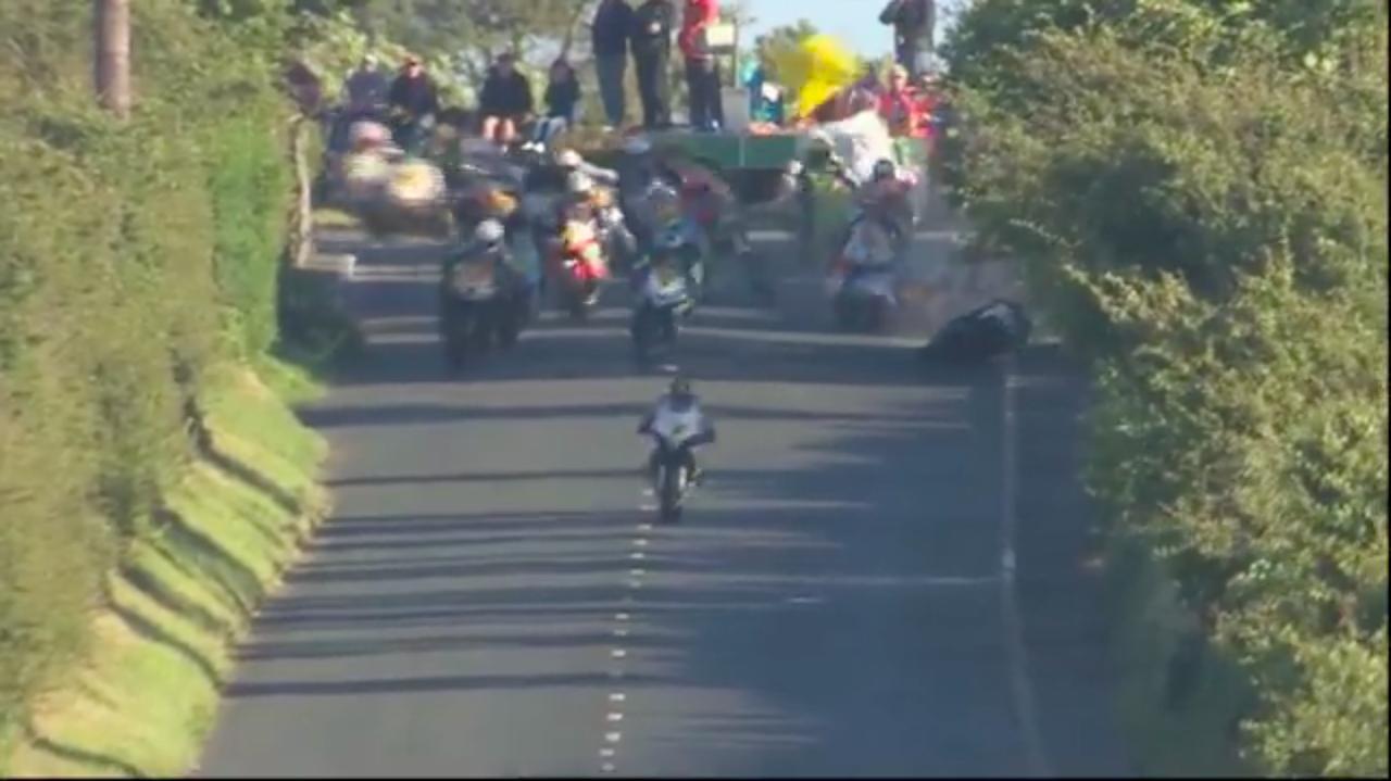 画像: 先頭集団を走るコナー・カミンズがコントロールを失い転倒! そこに後続車たちが突っ込んでいきます・・・。 www.youtube.com