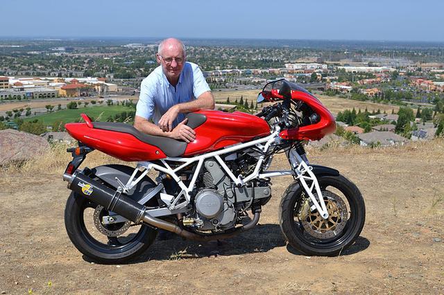 画像: 2013年に製作されたホサック・ドゥカティ800と、ノーマン・ホサック。ホサック・フォークのフロントエンドが与えられたこのマシンは、オリジナルよりも10kg以上!軽量に仕上がってます。 static.wixstatic.com