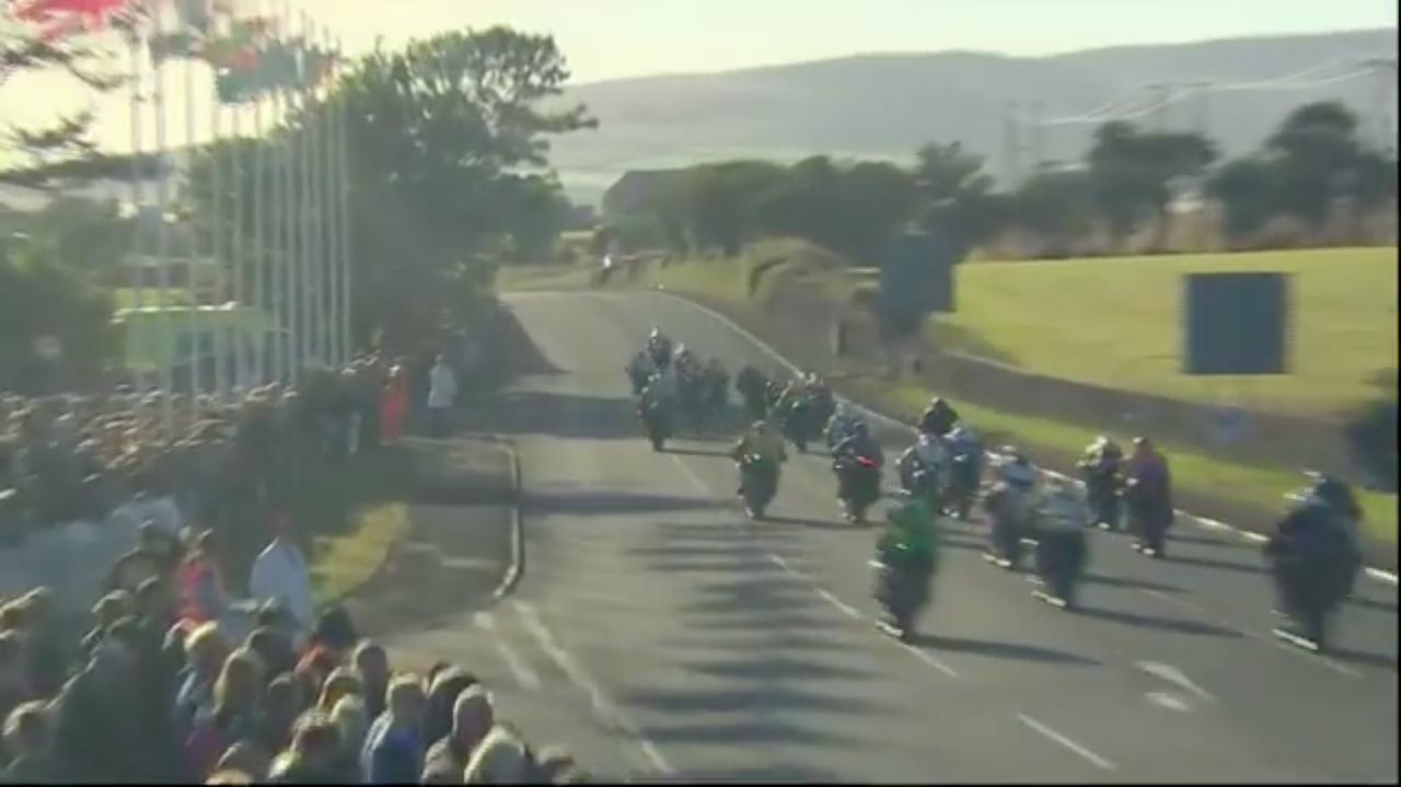 画像: クラスはスーパースポーツ(600cc4気筒中心)。各車一斉にバラケイガンに向かって突撃します! www.youtube.com