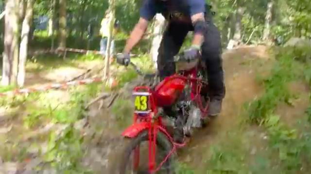 画像: 動画を見る限りでは、フロントブレーキはないので、制動は右足操作のリア側ブレーキのみっぽいです。スロットルは右手側・・・のように見えますね? www.youtube.com