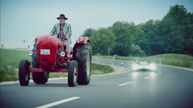 画像: のんびりと道路を走るポルシェのトラクターに迫るのは、アウディのLMP1耐久レーサーです! www.youtube.com
