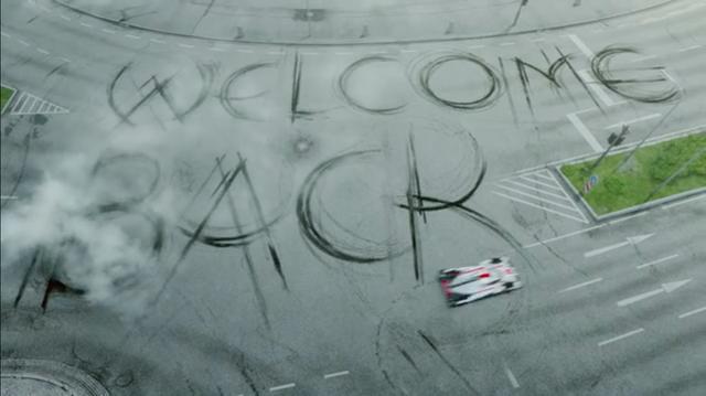 画像: (当たり前ですが)アッサリとトラクターを追い抜いたアウディ車は、タイヤのスピンで「おかえり!」のメッセージを残します。これは2014年のポルシェの復帰を、祝福する言葉ですね。 www.youtube.com