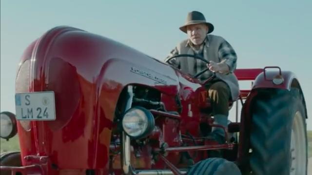 画像: そして・・・今年の秋にアウディの耐久レースからの撤退の報をラジオで聴いたおじいさん=ポルシェは、仰天しつつ、やおらUターンして道中を急ぎます・・・。 www.youtube.com