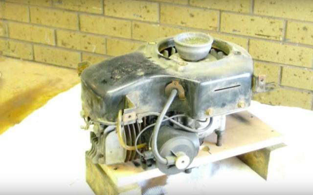 画像: 一見、何の変哲もない、芝刈り機の動力となる強制空冷式の2ストローク単気筒エンジンです・・・。 www.youtube.com
