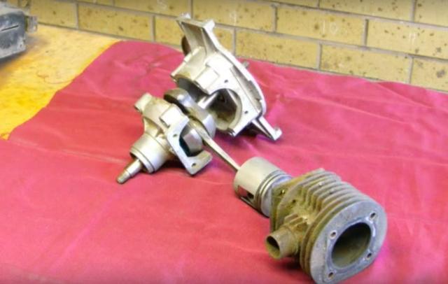 画像: まずは補機類を取り外し、シリンダーを外してクランクケースを分解します。 www.youtube.com