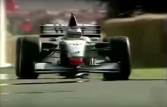 画像: 1999年のグッドウッド・フェスティバル・オブ・スピードで、マクラーレンF1を駆るN.ハイドフェルド。 www.youtube.com