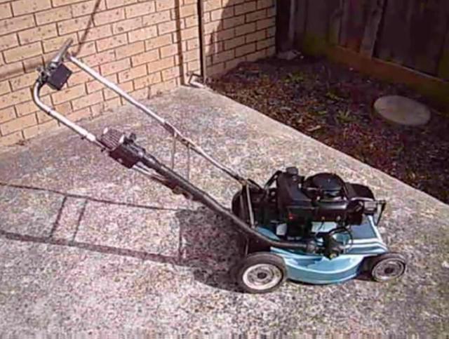画像: 完成した2ストローク・フラットツイン芝刈り機! www.youtube.com