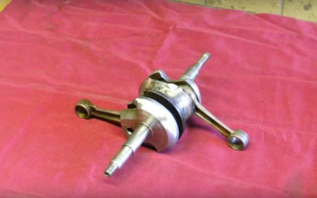 画像: 同機種のクランクシャフトをもう1本用意して、これを合体!させます。 www.youtube.com