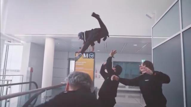 画像: 空港警備員相手に、こんなコトしたり・・・。 www.youtube.com