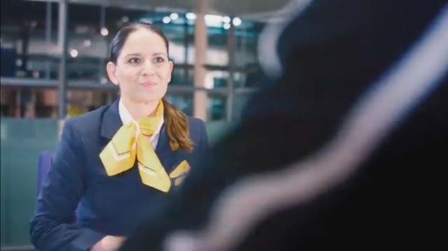 画像: 可愛いスタッフが、彼のパスポートを預かったとき、放送が・・・「最終案内です。(スペイン)イビサ島へのフライトのポール様・・・」。 www.youtube.com