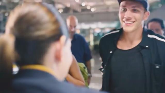 画像: 爽やかな笑顔で、ドイツ・ミュンヘン空港のカウンターにやってきたジェイソン・・・。 www.youtube.com