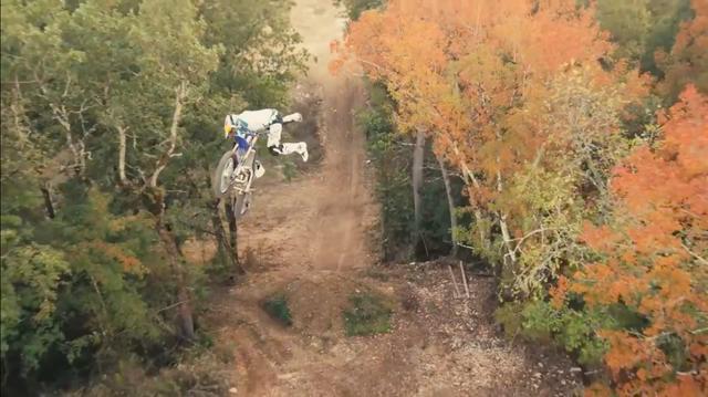 画像: ドローンを使った空撮で、パジェスの芸術的なトリックを巧みに撮影しています。 www.youtube.com