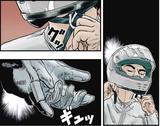 画像: ヘルメットのストラップを締め、グローブの触感を確かめる。