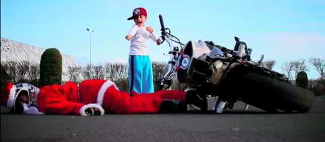 画像: サルも木から落ちる・・・もとい、サンタもバイクから落ちる・・・? コケたジョリアン・サンタに、さっきのクソガキ・・・もとい、お子様がリベンジとばかりに嘲笑をブツけます(笑)。 www.youtube.com