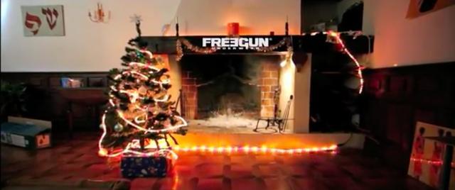 画像: サンタといえば、やっぱり暖炉の煙突から家宅侵入・・・。 www.youtube.com
