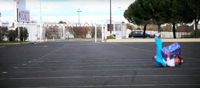 画像: 思いっきり箱を投げつけられて、その勢いで転倒する可哀想なお子様・・・(苦笑)。 www.youtube.com