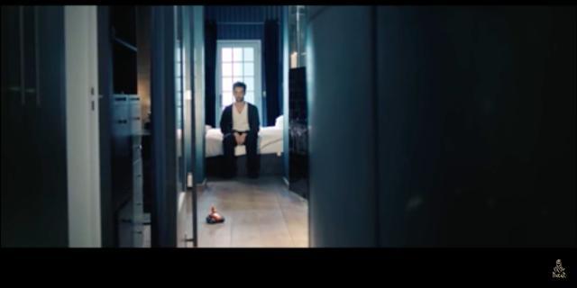 画像: 死んだ魚のような目をして、孤独に部屋で過ごすひとりの男・・・。 www.youtube.com