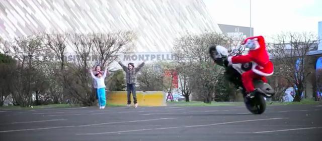 画像: サンタのエクストリーム・トリックに大喜びの子供たち。 www.youtube.com