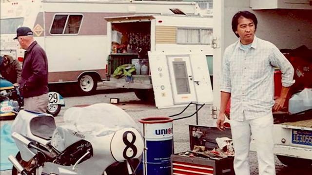 画像: 1979年にスペンサーは、ヤマハTZ250でAMA 250GPのナショナル・チャンピオンを獲得。1980年は18歳でデイトナ200マイルにヤマハのTZ750で参戦。チューナーはあのアーブ・カネモト(右)でした。デイトナ200マイルはライバルを大きくリードするものの、残り13周で焼きつきリタイア・・・で惜しくもデイトナ制覇を逃しました。 www.youtube.com