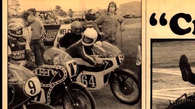 画像: 1974年、ヤマハTA125に乗り、AMAのアマチュア・ロードレースを走るスペンサー(ゼッケン17)。ダートトラックではブルタコ・アストロに乗っていたから、ロードでもブルタコのロゴ入りのレザースーツなんですね。 www.youtube.com