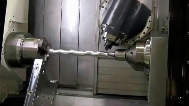 画像: 動画の後半を見ると、特殊な旋盤の送り台がウネウネ動くことで、ネジネジした加工品ができあがることがわかります。 www.youtube.com