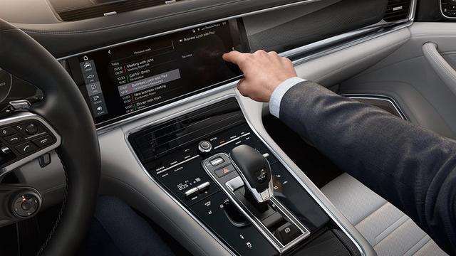 画像: Connect Plus: Even the information superhighway is not beyond the bounds of a Porsche. コネクト・プラスは、充実したインフォテイメントによって、ドライバーに先進的な体験を提供します。 www.porsche.com