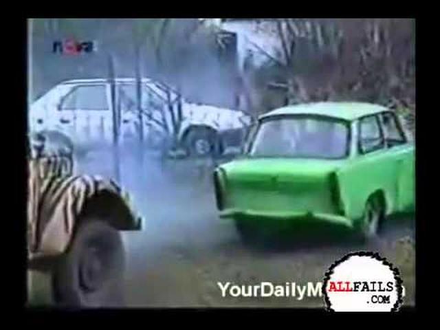 画像: 【面白い】おんぼろ車で牽引した悲劇【破壊】 youtu.be