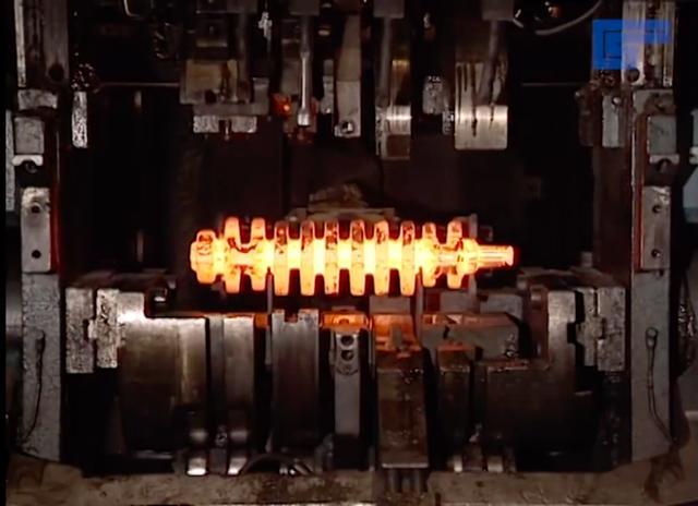 画像: こちらは4ストロークのマルチシリンダーエンジンでおなじみの、クランクシャフトの製造工程の一場面です。 www.youtube.com
