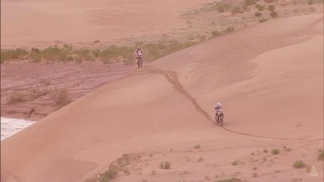 画像: ボリビアのトゥピサ〜オルロ間(総移動距離692km)で行われたステージ5では、サム・サンダーランド(KTM、右)が1位で、総合でも首位に立っています。 www.youtube.com
