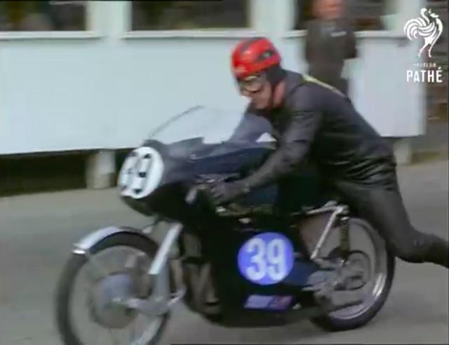 画像: これはかなりレアな1台です。グリーブスの市販レーサー、RFSオウルトンですね(2ストローク350cc単気筒)。当時のリザルトを見ると、ピーター・モーガンが乗るこのマシンは残念ながらDNFだったようです。 www.youtube.com