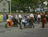 画像: 押しがけで2台ずつスタートし、タイムを競う方式は、マン島TTと同様でした。両側面の青地+白ヌキ番号から、ジュニア(350cc)クラスであることがわかります。 www.youtube.com
