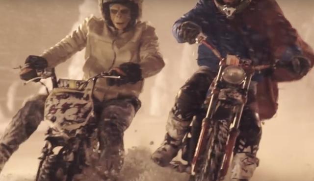 画像1: 【動画】『モンキーに乗るモンキーvs謎のヒーロータイガーマン』雪山レースで火花を散らします!!