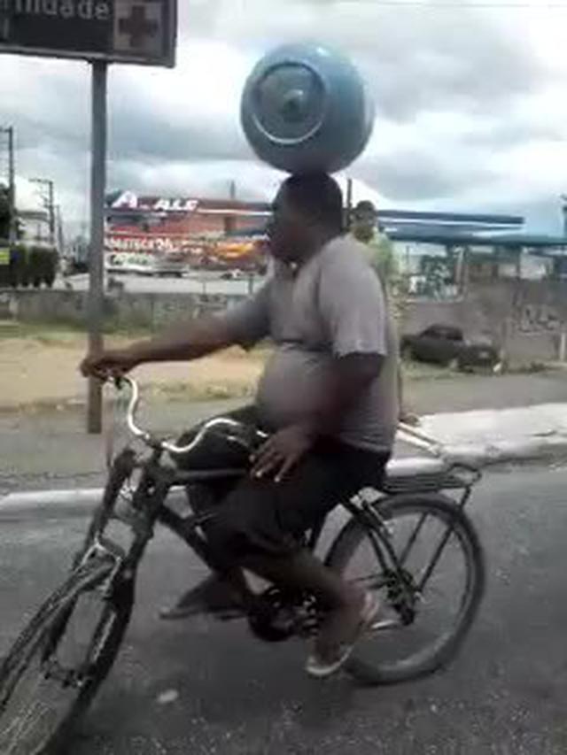画像: LiveLeak.com - The most skilled biker in Brazil