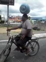 画像: 【動画】頭の上に重そうな荷物をのせて自転車に乗り続けている!なんだかすごいぞ!ブラジル人!!