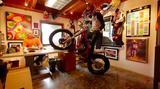 画像: スタッフへの挨拶も、ちゃんと?バイクでします? www.youtube.com