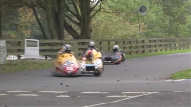 画像: ご覧のとおり、モロに公園の周回道路ってカンジのコースを、レーシングサイドカーでガチで走ります! www.youtube.com