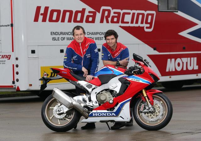 画像: 新しいホンダCBR1000RR SP2とともに、写真におさまるガイ・マーティン(右)と、TT現役最多勝の英雄のジョン・マクギネス(左)。 roadracingnews.co.uk