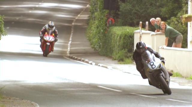 画像: 2009年末に、マーティンは長年属したチームを離れ、2010年のTTは北アイルランドをベースとするウィルソン・クレイグ・ホンダのライダーとして出場します。1960年代のTTで活躍した、ホンダのファクトリーRCレーサーを模したグラフィックのホンダCBR1000RRが、ちょっと懐かしいです。 www.youtube.com