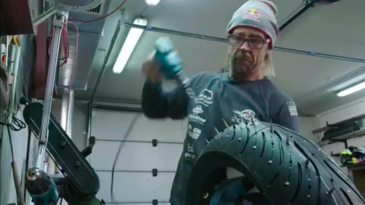 画像: 黙々とスパイクタイヤ制作に励むクルー・・・。 www.youtube.com