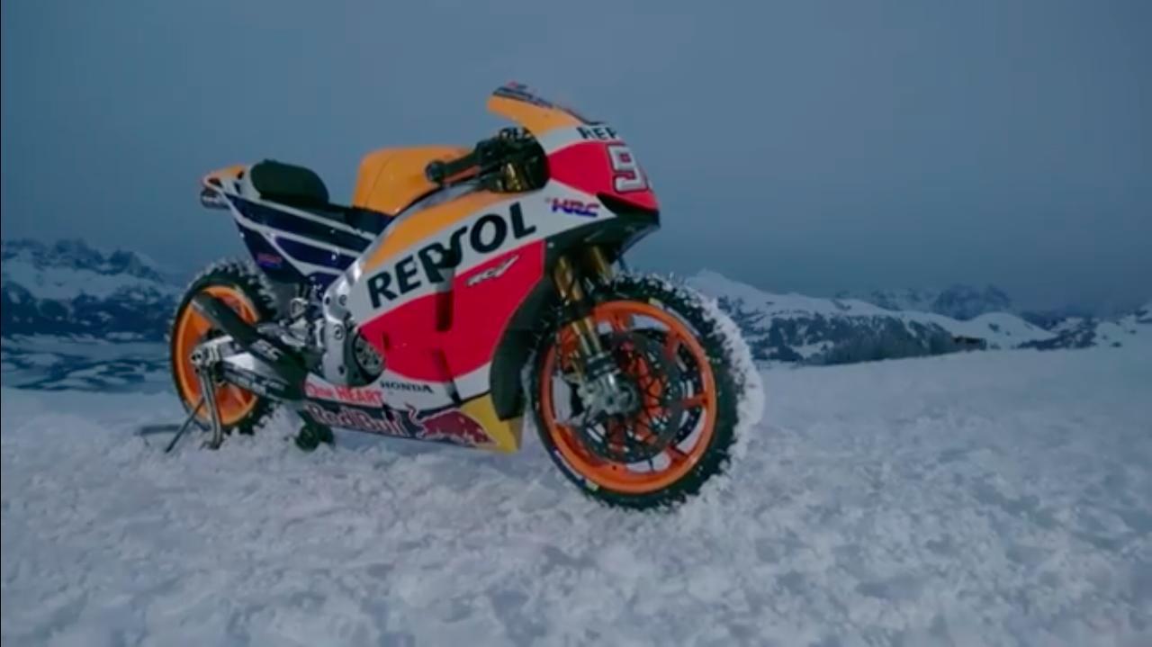画像: スパイクタイヤを前後に装着した、ホンダのファクトリーMotoGPマシン、RC213V・・・。 www.youtube.com