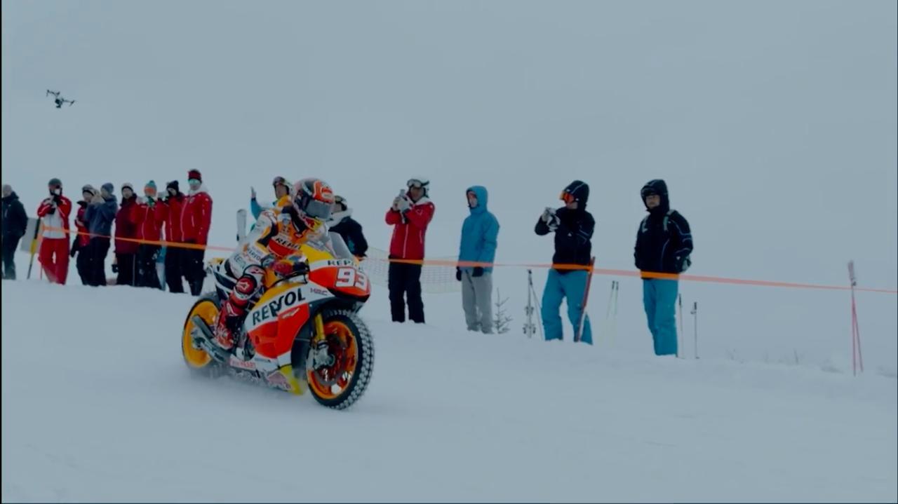 画像: そして、いよいよマルケスがゲレンデを駆け始めます! www.youtube.com