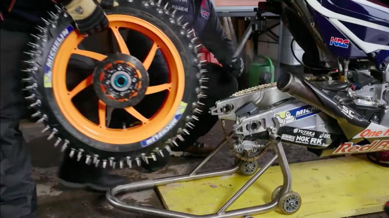 画像: スターターで始動してから、スパイクタイヤに交換するのですね・・・ナルホド! www.youtube.com