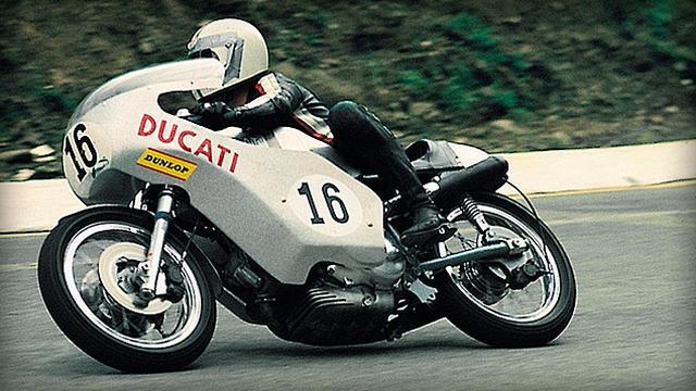 画像: 1972年イモラ200を勝利したポール・スマートとドゥカティ750。このほか、マイク・ヘイルウッド、トニー・ラッター、ジェームス・アダモ、マルコ・ルッキネリ、レイモン・ロッシュ、ダグ・ポーレン、カール・フォガティ・・・キリがないのでこの辺までにしますが、多くの名手がドゥカティVツインで活躍しました。 www.ducati.co.jp