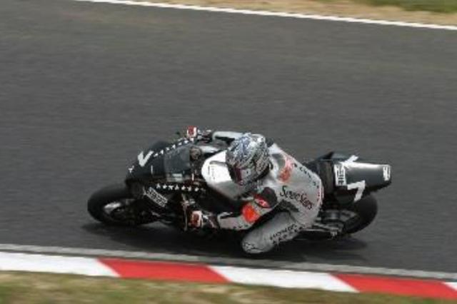 画像: Honda CBR1000RRW 2004年/セブンスター・ホンダ Hondaは20年続いたV型エンジンから、直列4気筒エンジンを搭載したCBR1000RRをリリース。デビューイヤーにして宇川徹と井筒仁康ペアが鈴鹿8耐の優勝へと導き、 Hondaは前人未到の8連覇を達成した。