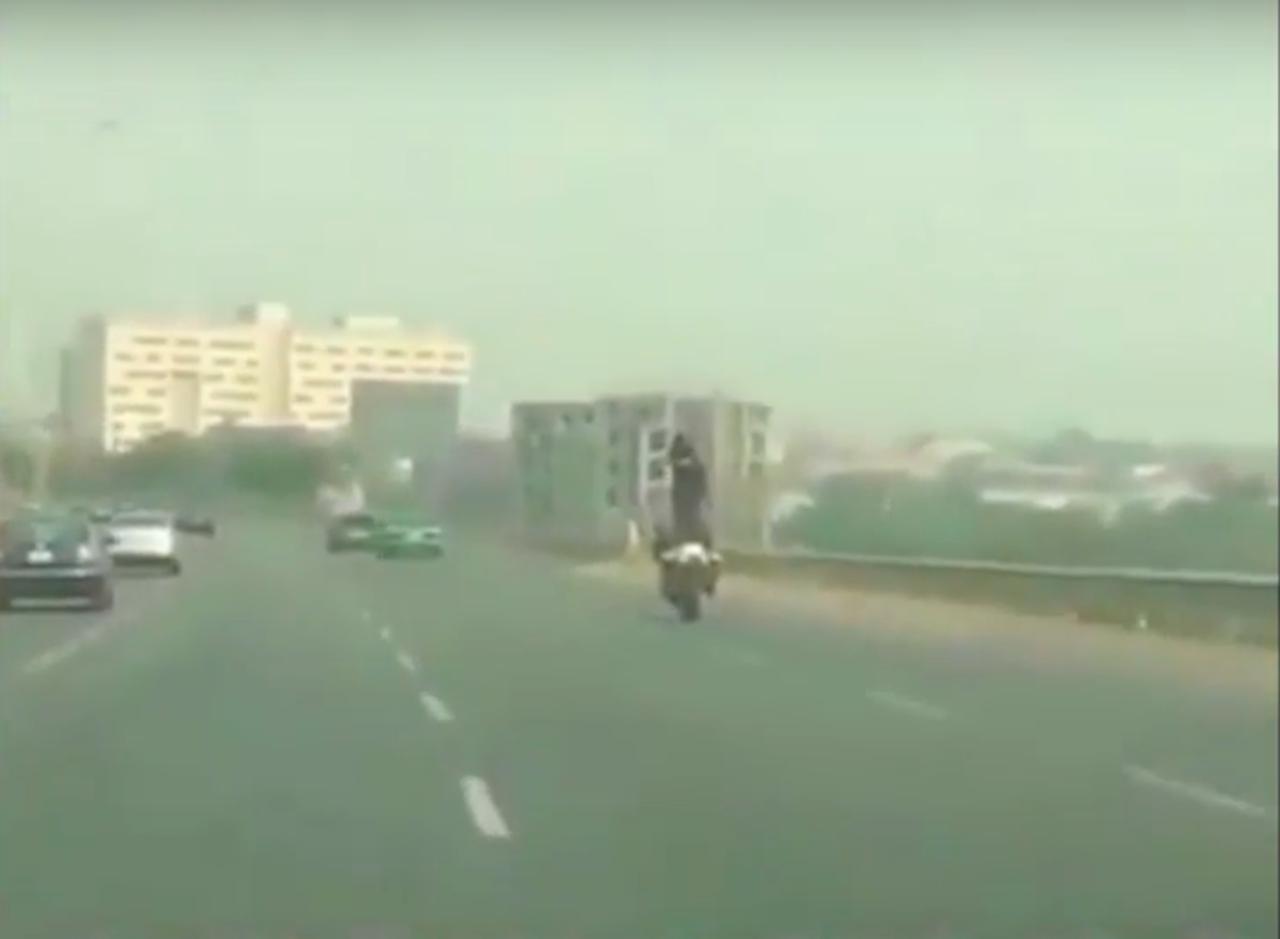 画像: 撮影者のクルマの前方に、モーターサイクルの上に立っているライダーが! www.youtube.com